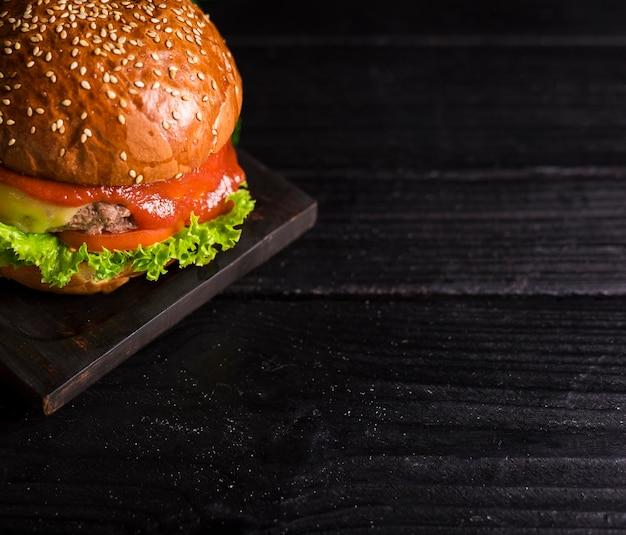 Close-up klassieke hamburger met ketchup en sla Gratis Foto