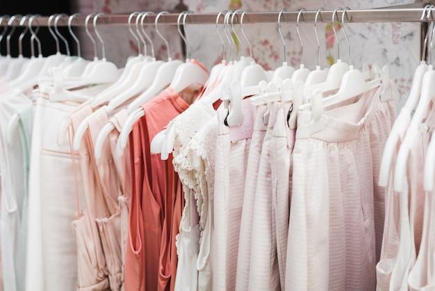 Close-up kleding op hangers Gratis Foto