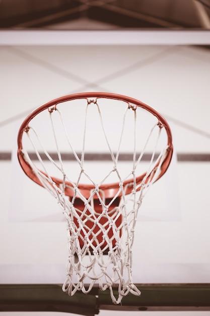 Close-up lage hoek shot van basketbal net in het basketbalveld Gratis Foto