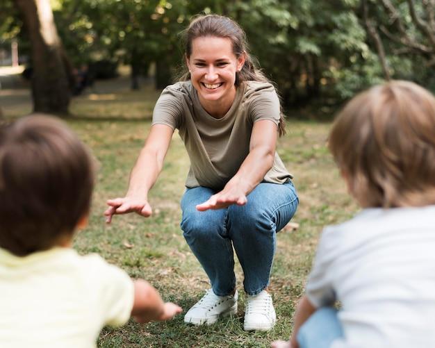 Close-up leraar en kinderen buiten trainen Gratis Foto