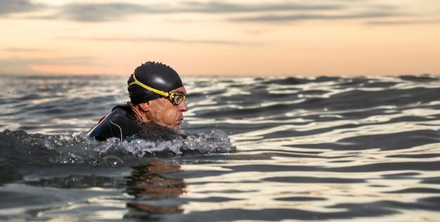 Close-up man met bril zwemmen Gratis Foto