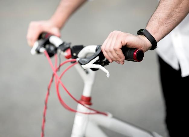 Close-up mannelijke berijdende fiets in openlucht Premium Foto