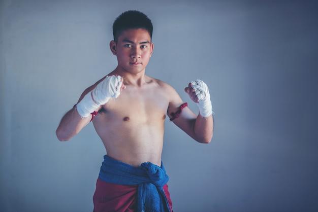 Close-up mannelijke hand van bokser met witte boksbandages. Premium Foto