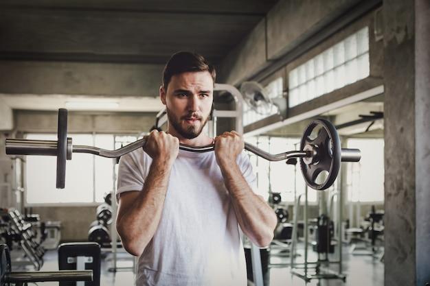 Close-up mannen gezonde halter training en bouw lichaam op gym fitness Premium Foto