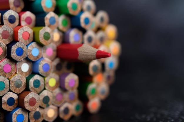Close-up met een groep kleurpotloden, geselecteerde nadruk, rood Gratis Foto