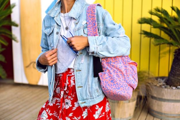 Close-up mode details van hipster vrouw heldere trendy zomer lente kleding, denim jasje, luipaard print rugzak, bloemen rok en casual t-shirt dragen, Gratis Foto