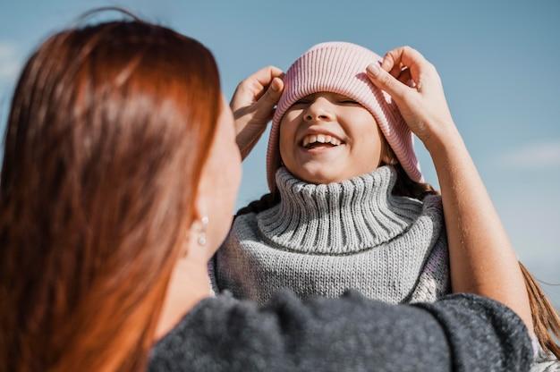 Close-up moeder en kind buitenshuis Gratis Foto