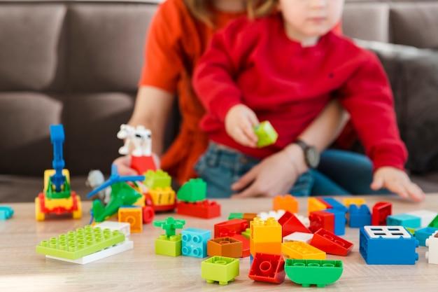 Close-up moeder en zoon spelen Gratis Foto