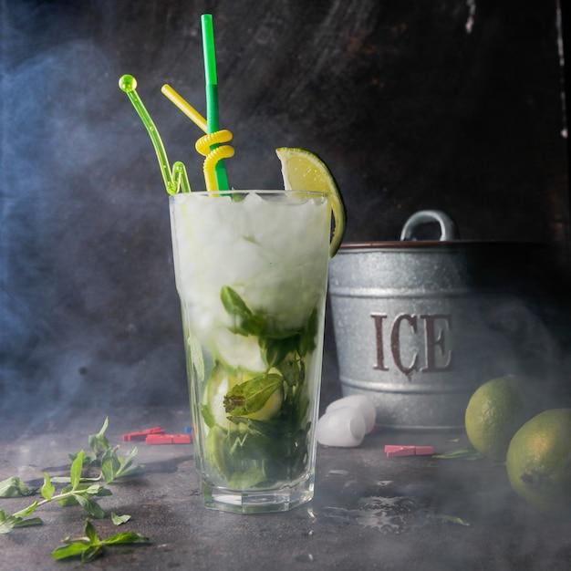 Close-up mojito cocktail met munt, limoen, ijs, ijsemmer met rook Gratis Foto