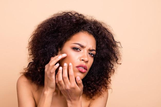 Close-up mooi model dame armen jukbeen vreselijke gezichtstoestand Premium Foto