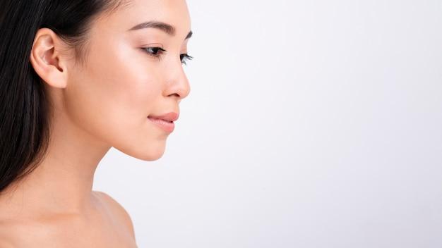 Close-up mooie vrouw met exemplaar-ruimte Gratis Foto