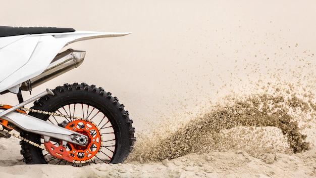 Close-up motor rijden in de woestijn Premium Foto