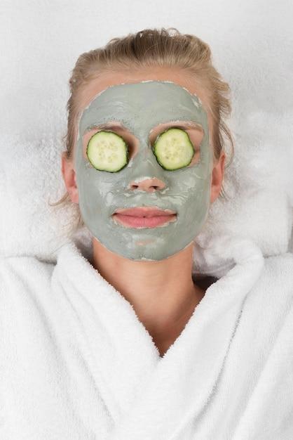 Close-up ontspannen vrouw met gezichtsmasker Gratis Foto