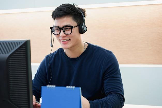 Close-up op call center man met team werken door praten op een koptelefoon Premium Foto