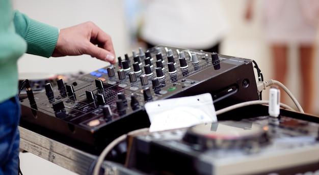 Close-up op dj-mixer Gratis Foto