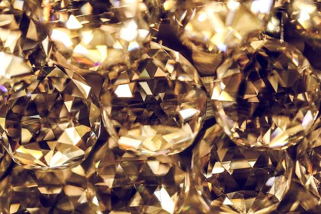 Close-up op kristallen glazen glinsterende kroonluchter, kroonluchter of kandelaarlamp, of minst vaak hangende lichten Premium Foto