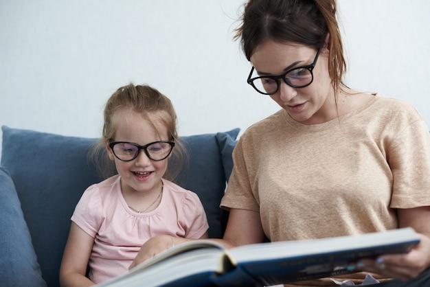 Close-up op moeder leert dochter Premium Foto