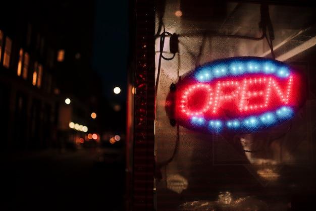 Close-up open teken in neonlichten Gratis Foto