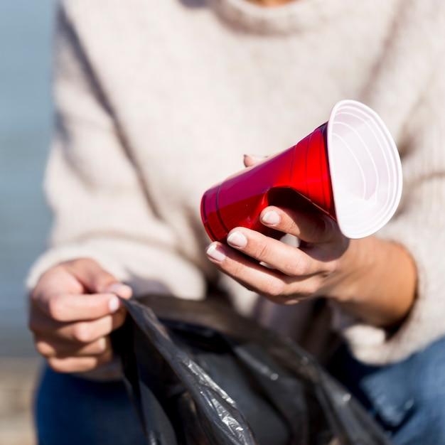 Close-up plastic bekers op zee Gratis Foto
