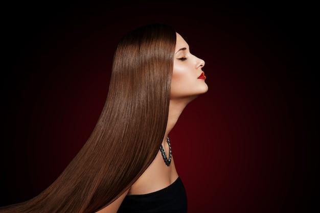 Close-up portret van een mooie jonge vrouw met elegante lang glanzend haar Premium Foto