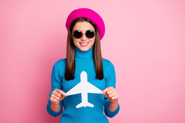 Close-up portret van haar ze mooi aantrekkelijk mooi vrij schattig charmant vrolijk vrolijk meisje in de hand houden papier vliegtuig kaart bestemming reiziger. Premium Foto
