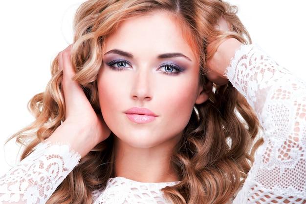Close-up portret van mooie vrouw met blonde haren - geïsoleerd op wit. Gratis Foto