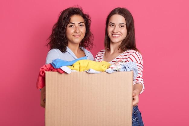 Close-up portret van twee schattige vrouwen met donker haar, camera kijken met een glimlach Premium Foto