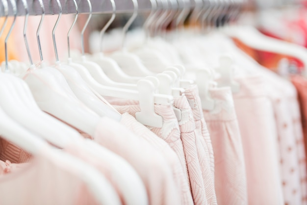Close-up roze kleding op hangers Gratis Foto