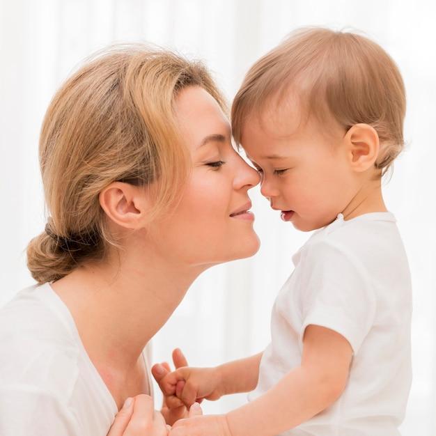 Close-up schattige moeder en baby Premium Foto