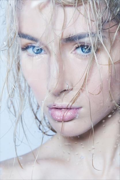 Close-up schoonheid mode portret van een jonge mooie vrouw na een douche met nat haar Premium Foto