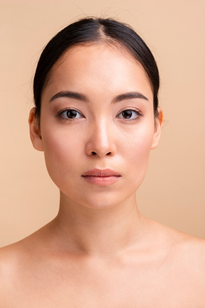 Close-up serieus model vooraanzicht Gratis Foto