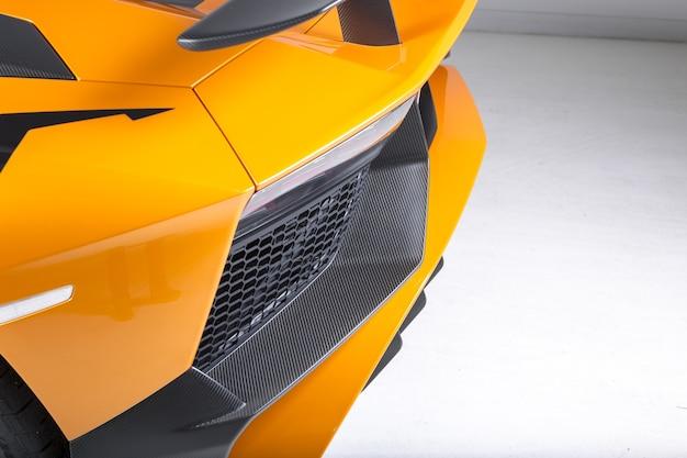 Close-up shot van de exterieur details van een moderne gele sportwagen Gratis Foto