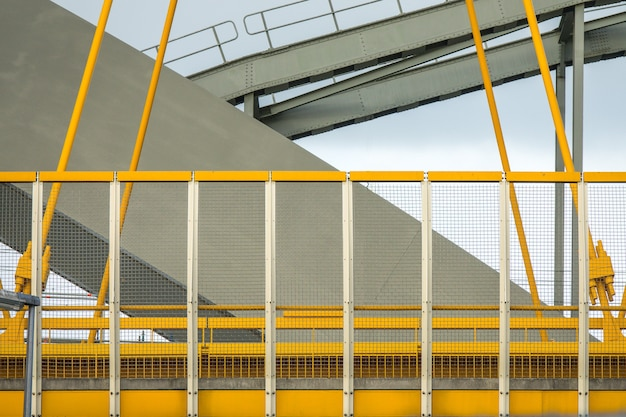 Close-up shot van de gele en grijze fragmenten van een moderne brug Gratis Foto