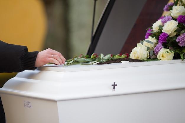 Close-up shot van de hand van een persoon op een kist met een onscherpe achtergrond Gratis Foto