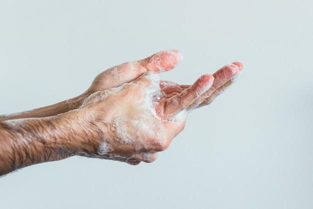 Close-up shot van de ingezeepte handen van een persoon Gratis Foto