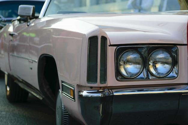 Close-up shot van de koplampen van een beige antieke auto Gratis Foto