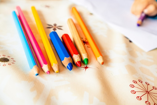 Close-up shot van de verschillende kleurrijke potloden Gratis Foto