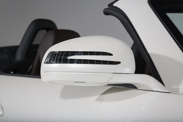 Close-up shot van de zijspiegel van een moderne witte cabriolet auto Gratis Foto