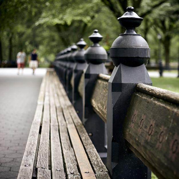 Close-up shot van een bankje in central park, new york Gratis Foto