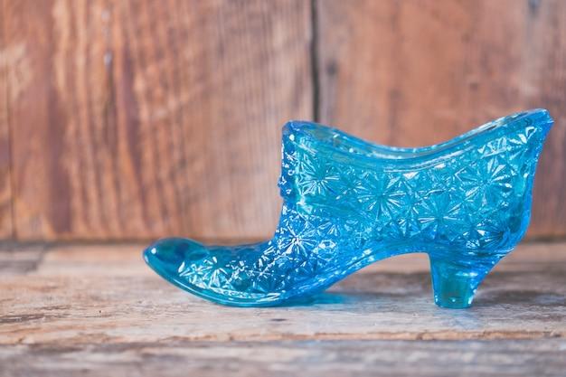 Close-up shot van een blauwe korst schoen Gratis Foto