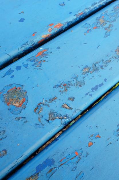 Close-up shot van een blauwe metalen tafel met afgestoken verf met oude laag Gratis Foto