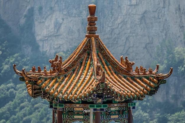 Close-up shot van een bovenste deel van een traditioneel pagodegebouw Gratis Foto