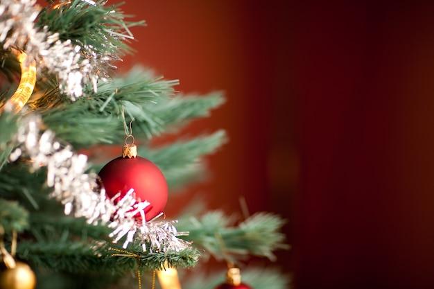 Close-up shot van een deel van een dennenboom versierd tijdens kerstmis Gratis Foto