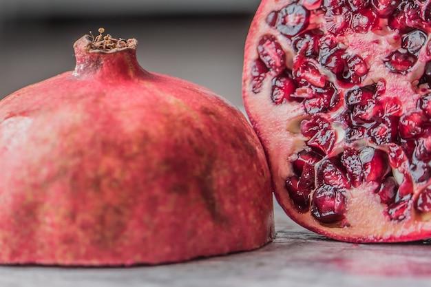 Close-up shot van een gesneden granaatappel Gratis Foto