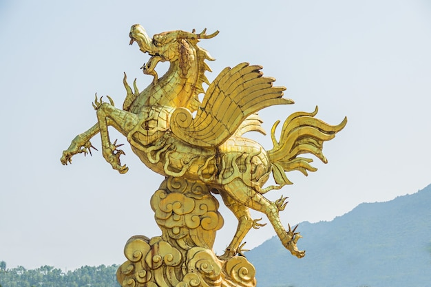 Close-up shot van een gouden standbeeld van een eenhoorn overdag Gratis Foto