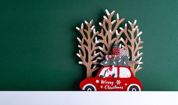 Close-up shot van een kerstkarton met decoraties Gratis Foto