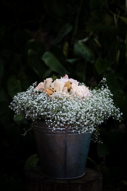 Close-up shot van een mooie witte bloemen boeket voor een bruiloft decoratie Gratis Foto