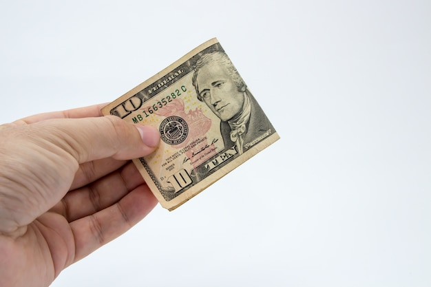 Close-up shot van een persoon met een dollarbiljet op een witte achtergrond Gratis Foto