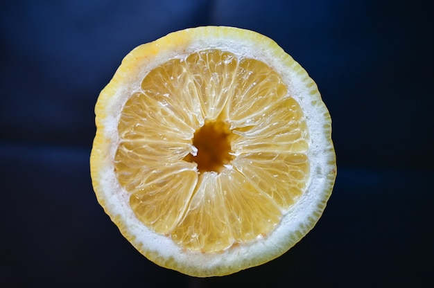 Close-up shot van een sappige citroen geïsoleerd op een blauw Gratis Foto