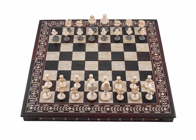Close-up shot van een schaakbord met houten schaakstukken geïsoleerd op een witte Gratis Foto
